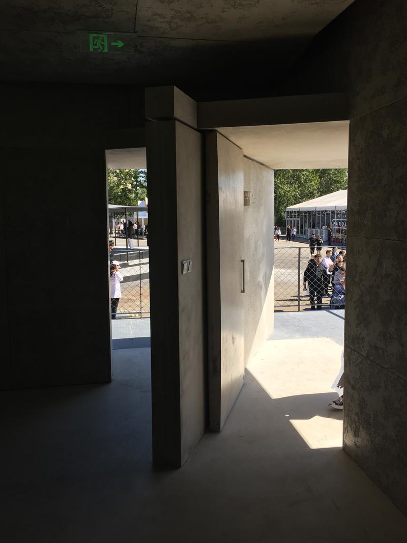 建筑入口内部